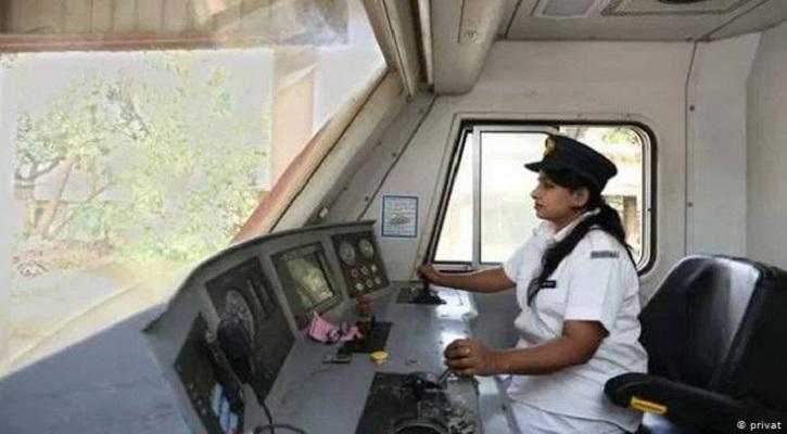 বাংলাদেশ রেলওয়েতে প্রথম নারী ট্রেন চালক সালমা খাতুন